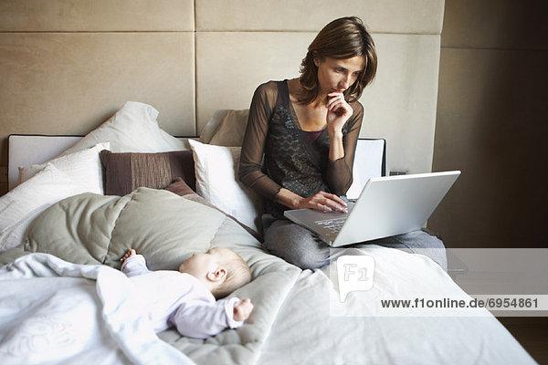 Frau  Computer  Notebook  Baby