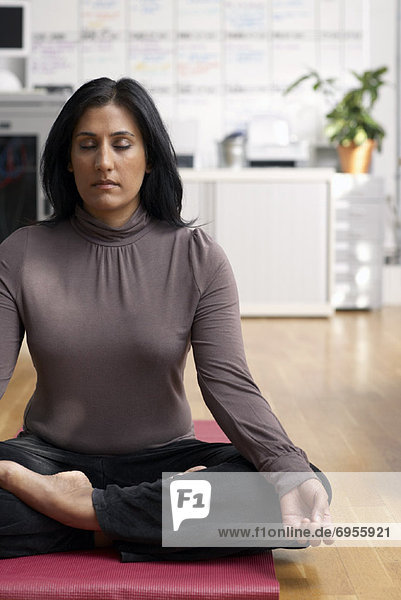 Frau meditierend in Office