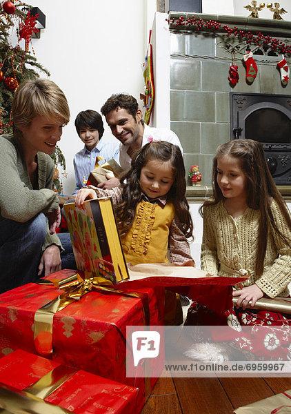 Familie öffnen Weihnachtsgeschenke