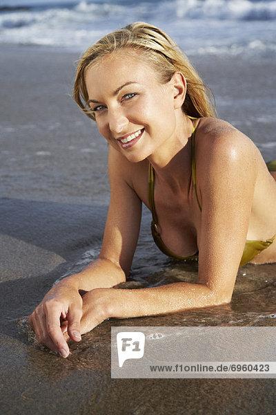Vereinigte Staaten von Amerika  USA  Portrait  Frau  Strand  Kalifornien  Malibu