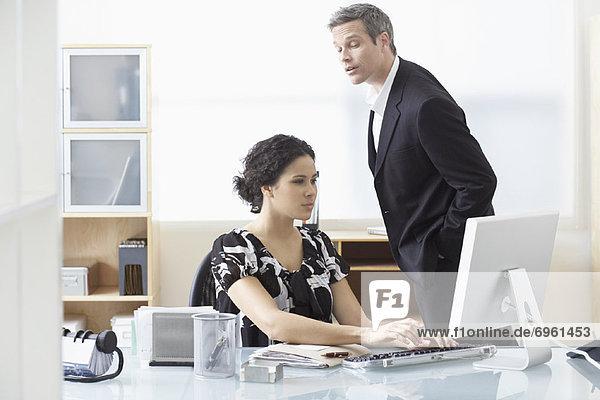 Geschäftsfrau  Computer  sehen  Geschäftsmann  arbeiten