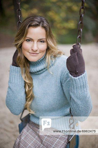 Vereinigte Staaten von Amerika  USA  schaukeln  schaukelnd  schaukelt  schwingen  schwingt schwingend  Portrait  Frau  Kalifornien  Marin County  Schaukel