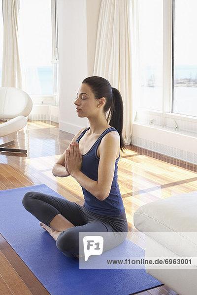Frau  üben  Yoga  Eigentumswohnung