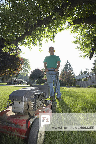 Mann schneiden Rasen