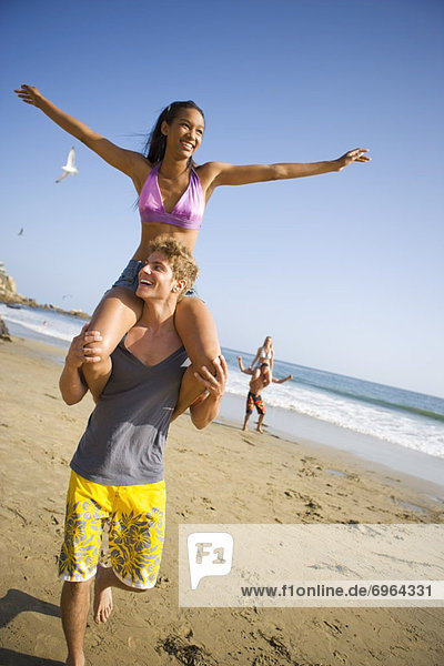 Strand jung spielen