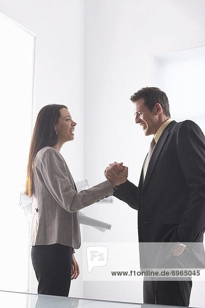 Geschäftsleute schüttelte Hände