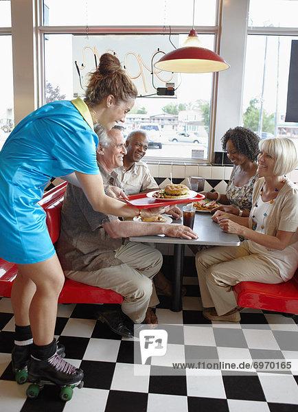 geben  Retro  Kunde  Abendessen  Kellnerin