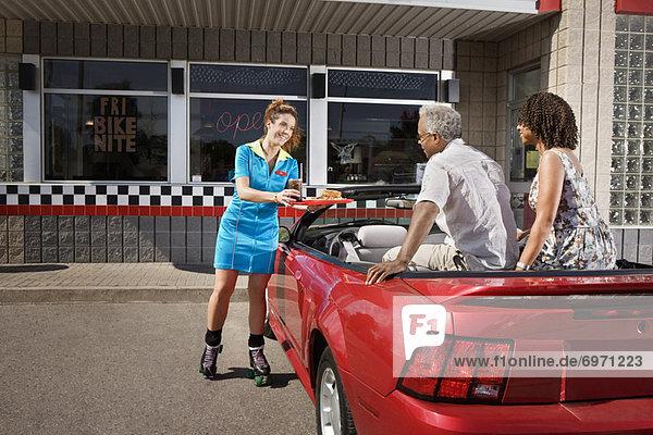 Lebensmittel Cabrio bringen Abendessen Kellnerin