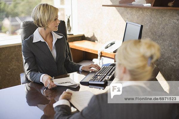 Geschäftsfrauen Treffen in Office