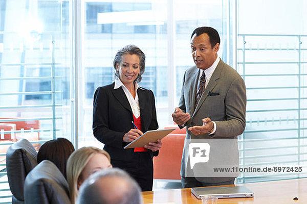 Business-Meeting im Sitzungssaal