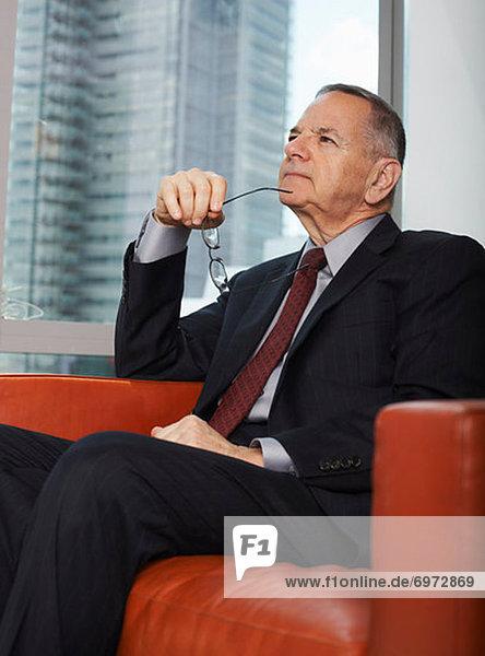 sitzend  sehen  Geschäftsmann  Couch  Nachdenklichkeit