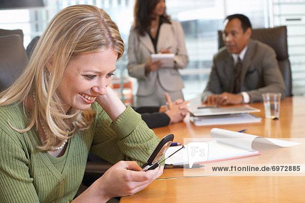 Handy  benutzen  Geschäftsfrau  Besuch  Treffen  trifft