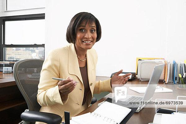 Geschäftsfrau am Schalter