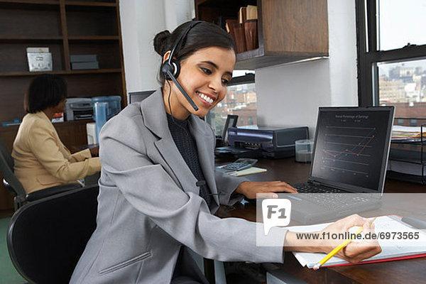 Porträt von geschäftsfrau mit laptop