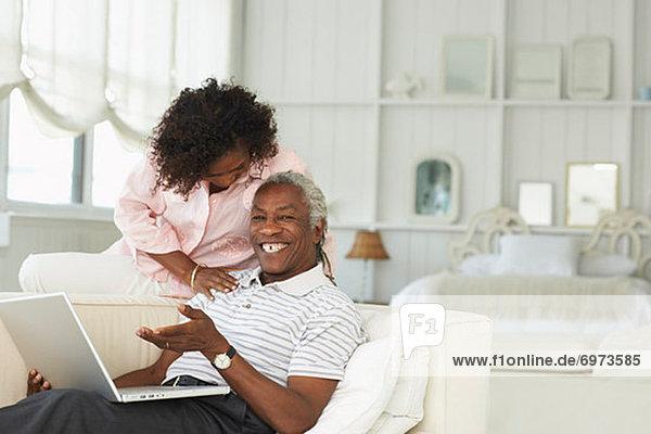 Paar benutzt zusammen einen Laptop