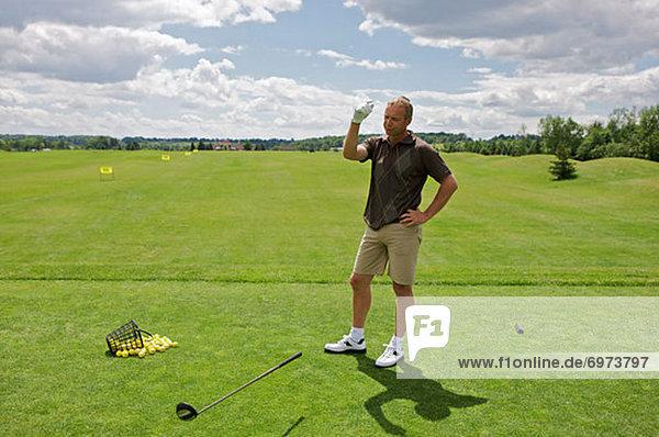 Mann werfen fahren Golfsport Golf Verein