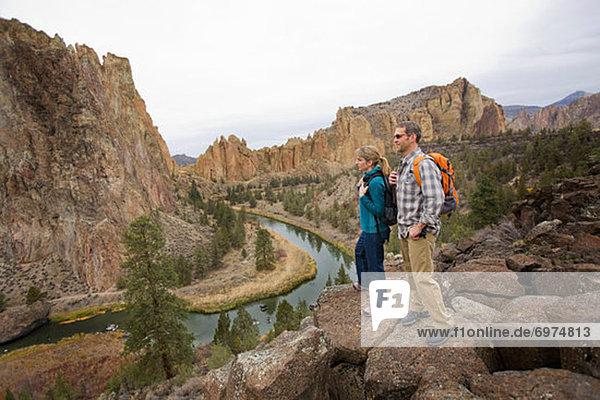Vereinigte Staaten von Amerika  USA  Felsbrocken  stehend  Biegung  Biegungen  Kurve  Kurven  gewölbt  Bogen  gebogen  über  Steilküste  Fluss  wandern  Herbst  schief  Oregon