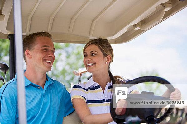 Paar in Golf-Cart