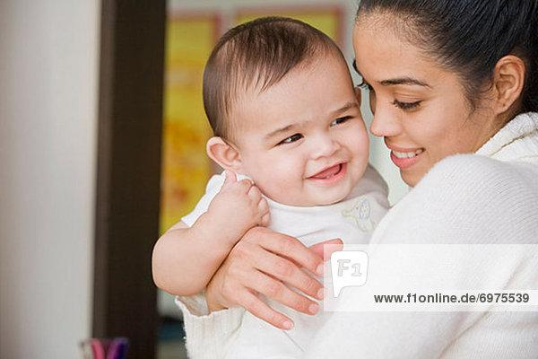 Mutter hält Happy Baby