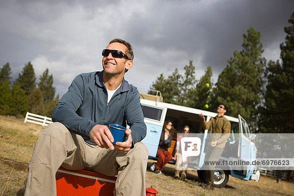 Vereinigte Staaten von Amerika  USA  sitzend  Biegung  Biegungen  Kurve  Kurven  gewölbt  Bogen  gebogen  Mann  Freundschaft  Reise  camping  trinken  Kaffee  Oregon