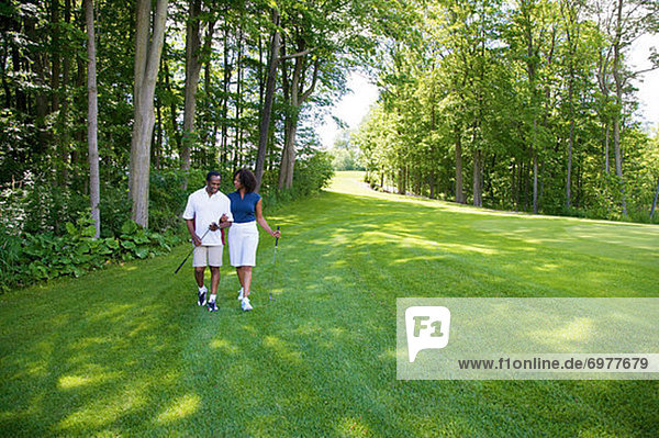 Paar Wandern am Golfplatz