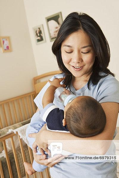 Junge - Person  halten  trinken  Mutter - Mensch  Baby  Flasche
