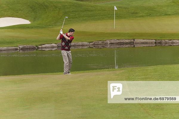 schaukeln  schaukelnd  schaukelt  schwingen  schwingt schwingend  Mann  Start  Golfsport  Golf  Verein  bekommen  Schaukel
