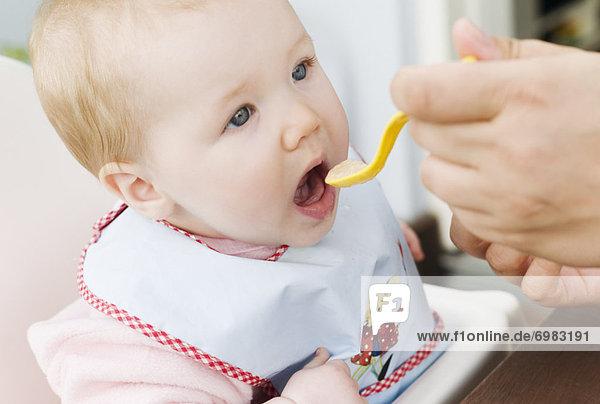 Menschliche Eltern  Baby  füttern