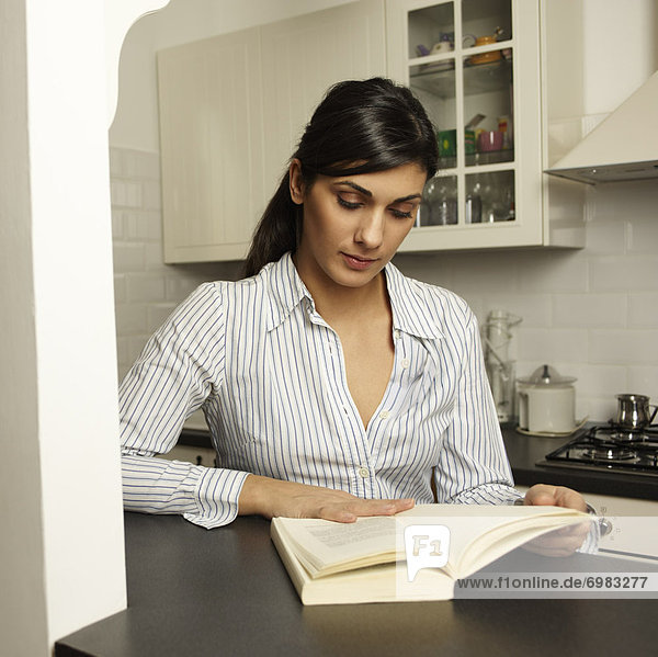 Frau Buch Taschenbuch vorlesen