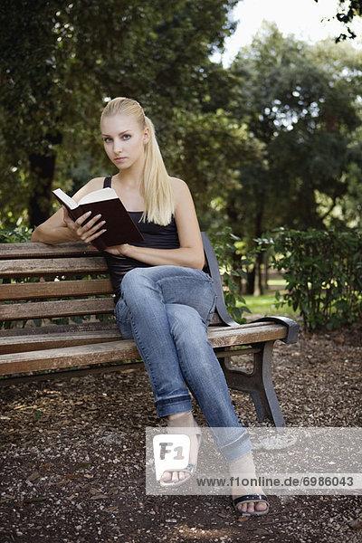 sitzend  Frau  Buch  Sitzbank  Bank  jung  Taschenbuch  vorlesen