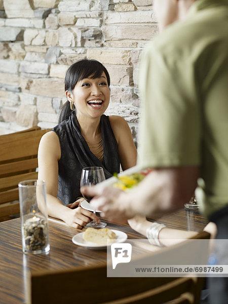 Frau  geben  Wein  Kanada  Ontario  Toronto  Kellner