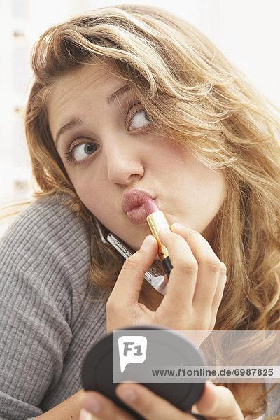 benutzen  eincremen  verteilen  Jugendlicher  Telefon  Close-up  close-ups  close up  close ups  Schminke  auftragen