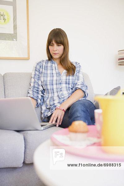 sitzend  benutzen  Frau  Computer  Notebook  Couch