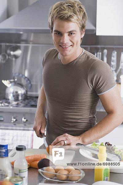 Mann Küche Gemüse hacken