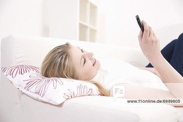 Handy  liegend  liegen  liegt  liegendes  liegender  liegende  daliegen  benutzen  Frau