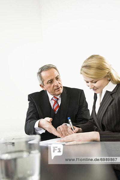 Geschäftsfrau  Papier  unterschreiben