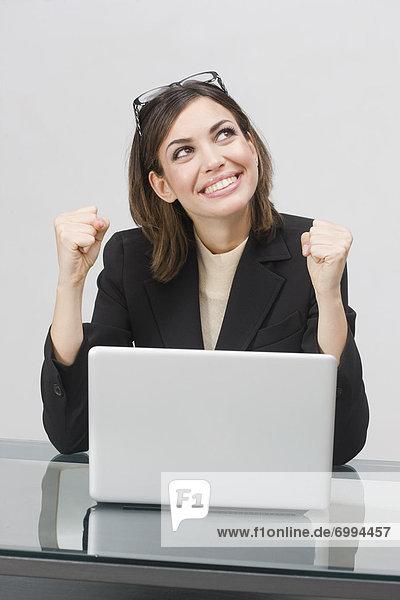 benutzen  Geschäftsfrau  Computer  Notebook  Begeisterung