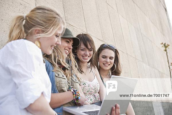 benutzen Frau Computer Notebook jung