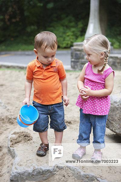 Vereinigte Staaten von Amerika  USA  Junge - Person  Portland  Sandkasten  Mädchen  Oregon  spielen