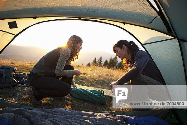 Vereinigte Staaten von Amerika  USA  hoch  oben  nahe  Frau  Tischset  camping  Kapuze  Oregon