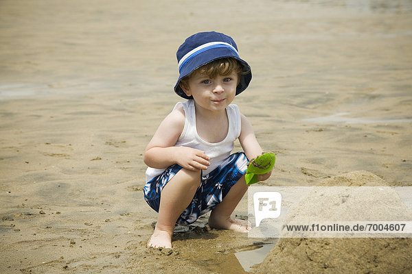 Portrait Strand Junge - Person Sand spielen