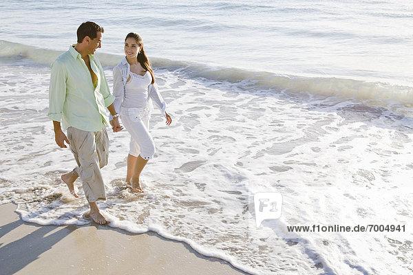 Paar Wandern am Strand