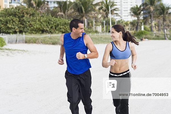 Paar ausgeführt am Strand