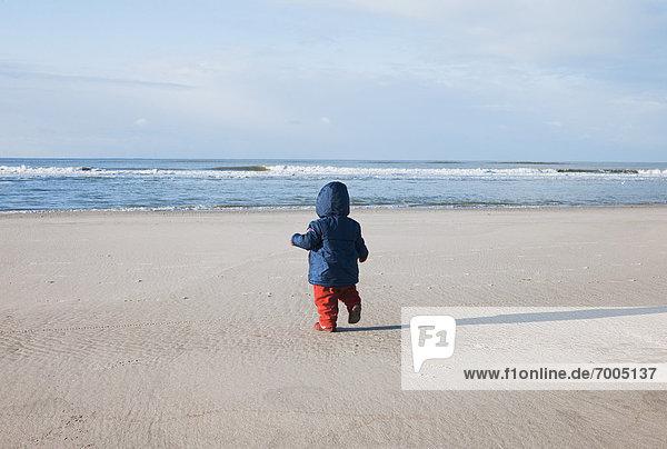 gehen  Strand  Niederlande  Rückansicht  Mädchen  Baby gehen ,Strand ,Niederlande ,Rückansicht ,Mädchen ,Baby