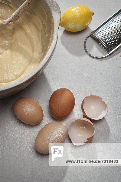 Eierschalen  Mehl  Zitrone und Teig