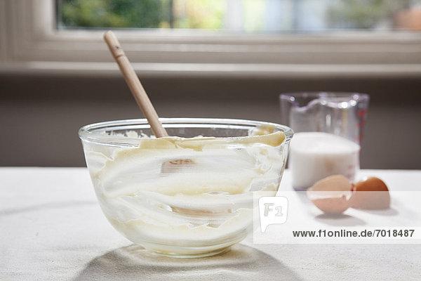 Leere Rührschüssel  Eierschalen und Milch