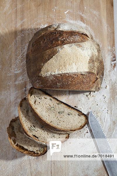 Nahaufnahme von geschnittenem Laib Brot