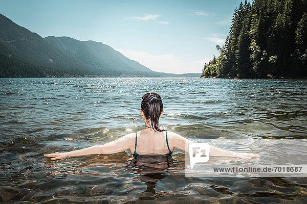 Frau beim Spaziergang im stillen See