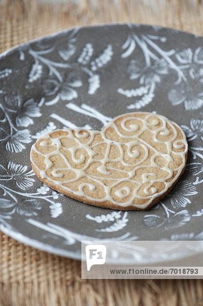 Nahaufnahme von dekorierten Cookie auf Platte Nahaufnahme von dekorierten Cookie auf Platte