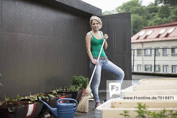 Teenagermädchen bei der Arbeit im modernen Garten